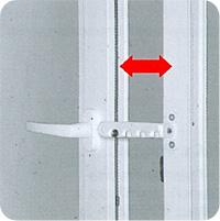 д) Не оставляйте окно в открытом положении при сильном ветре (например, применяйте гребенку)