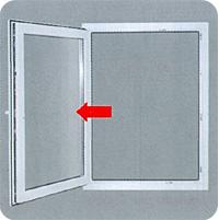 б) Не допускайте сильного нажима или соударения створки и откоса окна